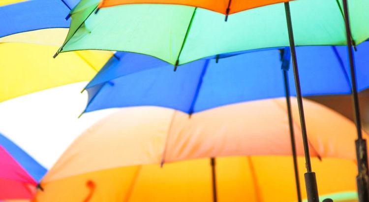 Viele bunte Regenschirme, die die Stimmung erhellen und schlechte Laune abschirmen